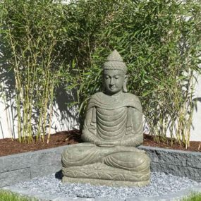Buddhafigur vor Bambus