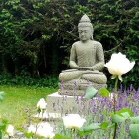 Budhafigur Garten auf Sockel