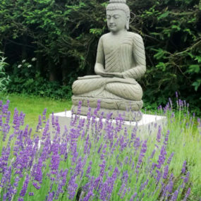 Buddhafigur auf Podest