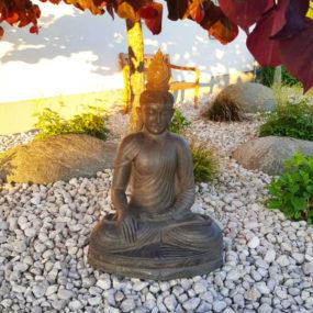 Buddhafigur unter Ahorn