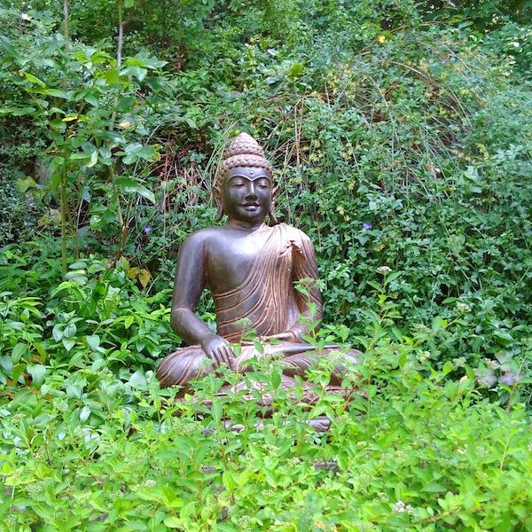 Buddha Figur im grünen Garten