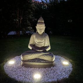 Buddha Garten beleuchtet