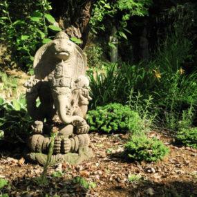 Ganesha Statue mit Naga Stein