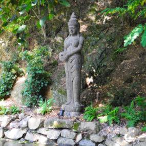 Dewi Statue mit Krug Lavastein