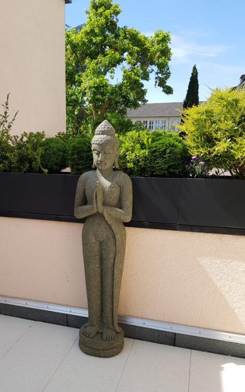 Buddhafigur stehend Lavastein