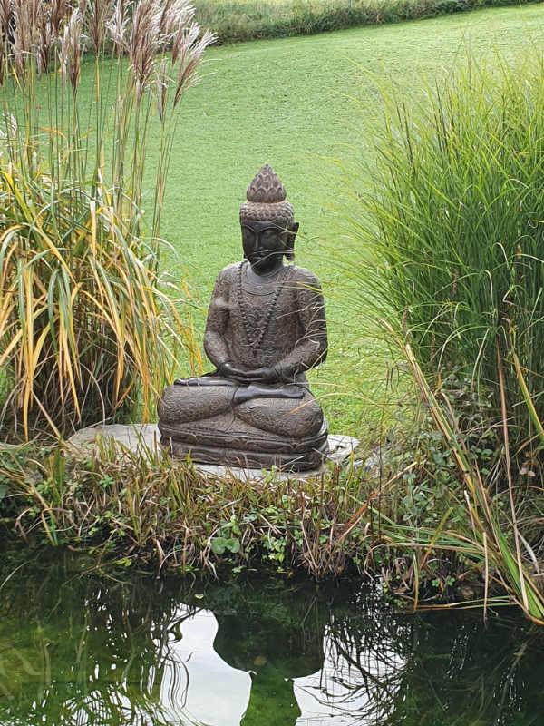 Buddhafigur sitzend Garten