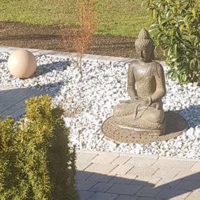 Buddhafigur Garten Fluss Stein