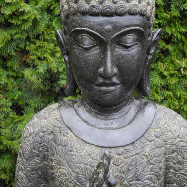 Fluss Stein Buddha Figur mit Mala in Hand