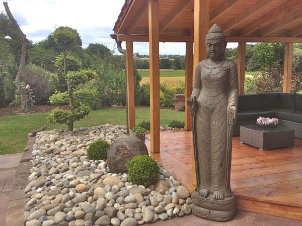 Buddhafigur stehend Terrasse