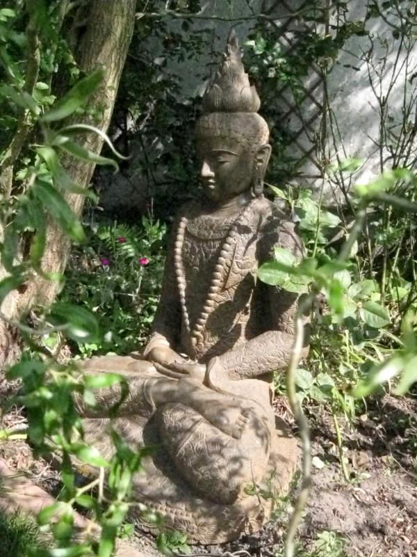Buddha mit Mala Fluss Stein