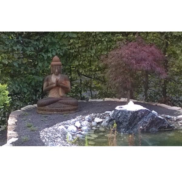 Buddhafigur mit Ahorn
