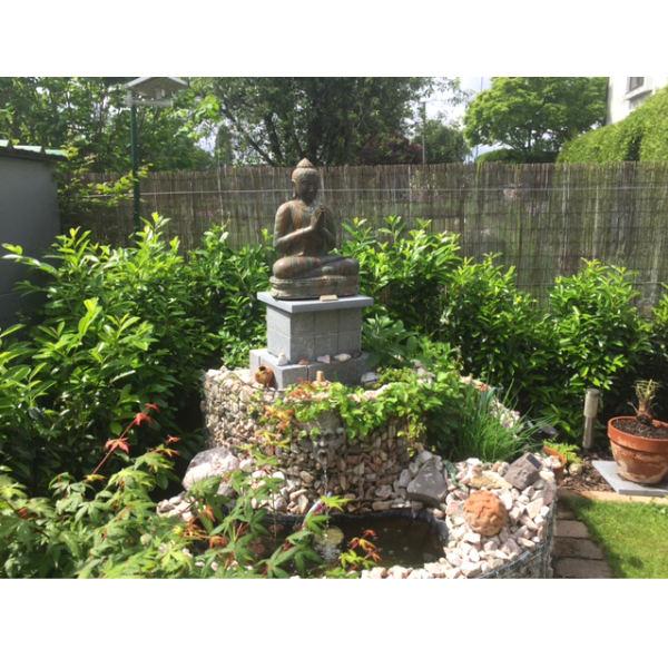 Buddhafigur Podest Garten