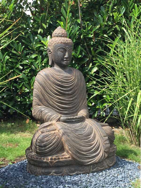 Buddhafigur mit Gräsern