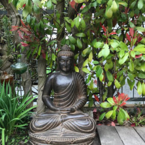 Buddha meditierend Stein