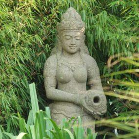 Dewi Figur mit Krug