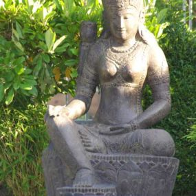 sitzende Dewi Statue Fluss Stein