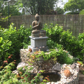 Buddhastatue auf Sockel