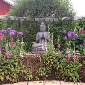 Buddhafigur mit Gebetsfahnen