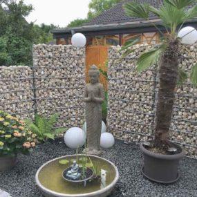 stehender Lavastein Buddha