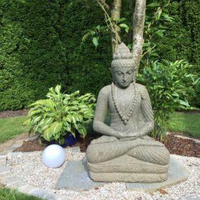 meditierender Gartenbuddha