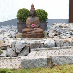 Buddhastatue mit Flamme