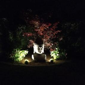 Steinbuddha Kopf bei Nacht