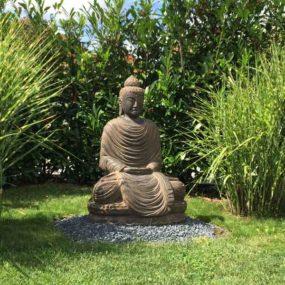 Steinbuddha im Garten