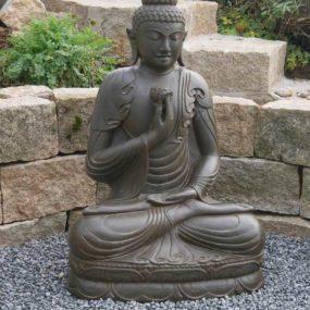 Buddhastatue mit Lotusblüte