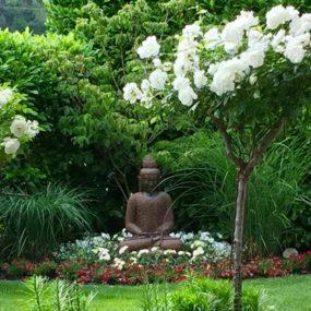 Buddha im blühenden Garten