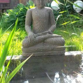 sitzender Gartenbuddha