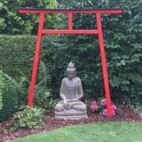 Buddhafigur mit japanischem Tor