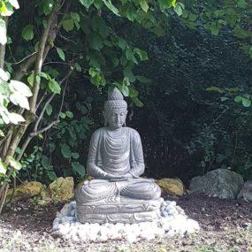 Buddha Statue unter Bäumen