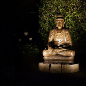 Buddha Figur bei Nacht