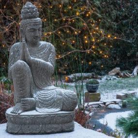 Buddha Figur im Winter