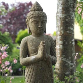 Buddha stehend Stein
