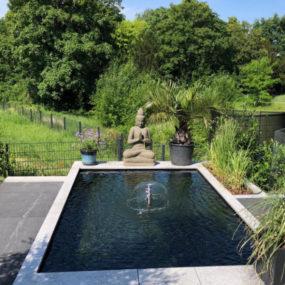 Buddha sitzend am Pool