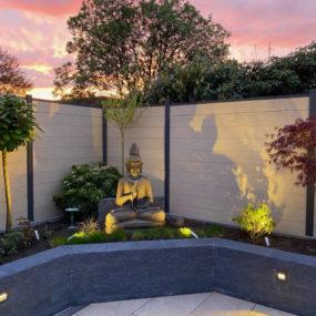 Buddhafigur beleuchtet am Pool