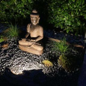 Buddhafigur mit Lichtstrahler