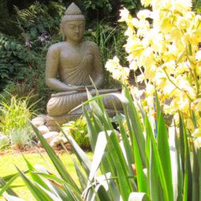 Buddha sitzend Garten