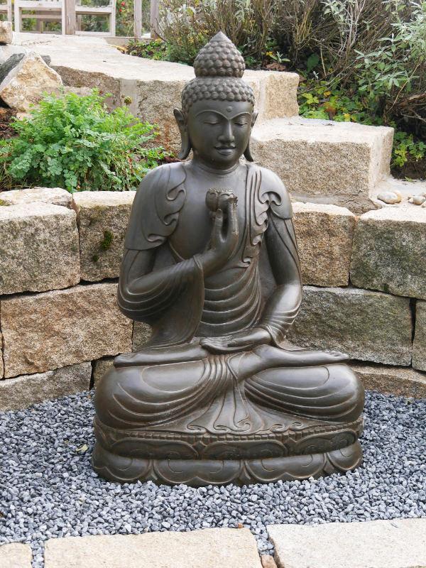 Buddhafigur im Steingarten