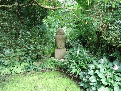 Buddhafigur unter Baeumen
