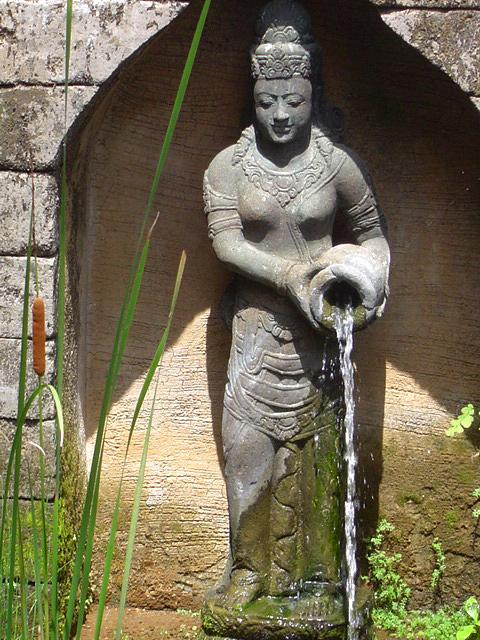 Dewi mit Krug Bali Garten